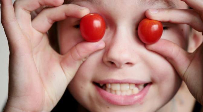 Kind mit Tomaten