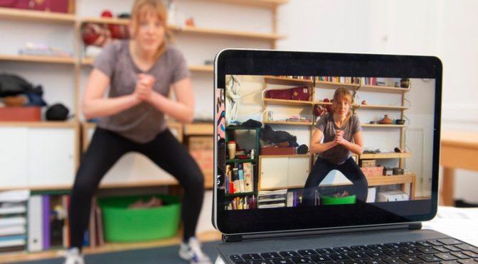 """Adipositas-Schulungsprogramm per digitalen Live-Unterricht: Johanna Teepe hält die Kinder und Jugendlich trotz Corona-Krise fit. Der Sportkurs des Therapieprogramms """"DURCH DICK UND DÜNN"""" des UKB findet digital im Wohnzimmer statt."""